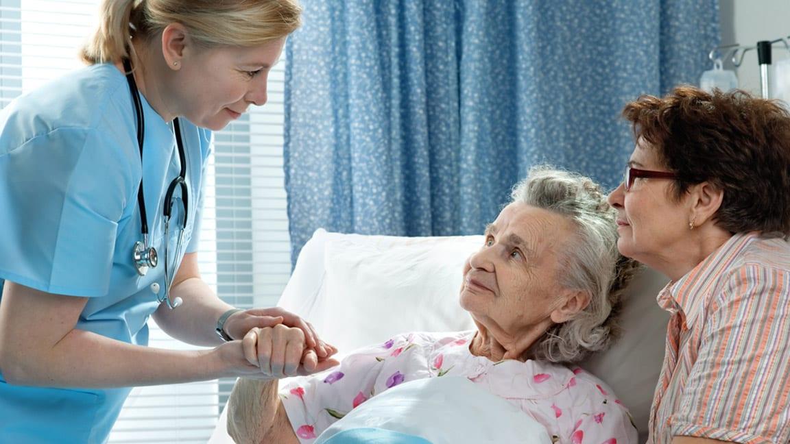 медсестра с пожилым больным