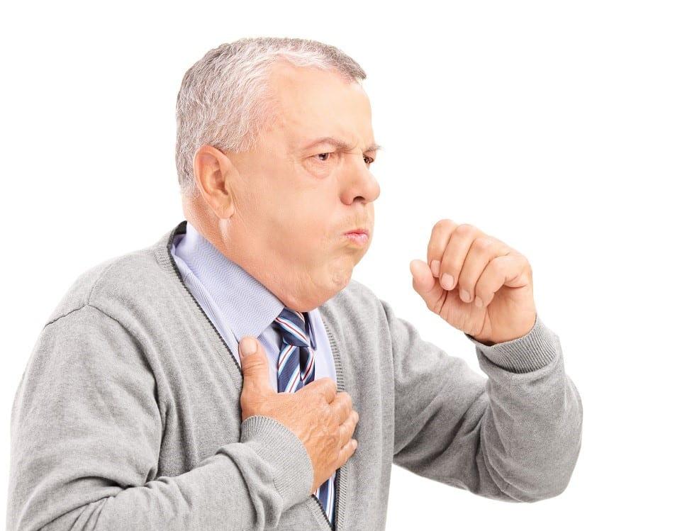 пожилой человек кашляет