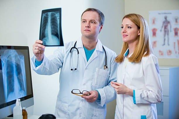 врачи со снимком