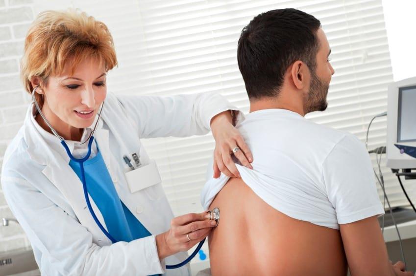 врач проверяет пациента