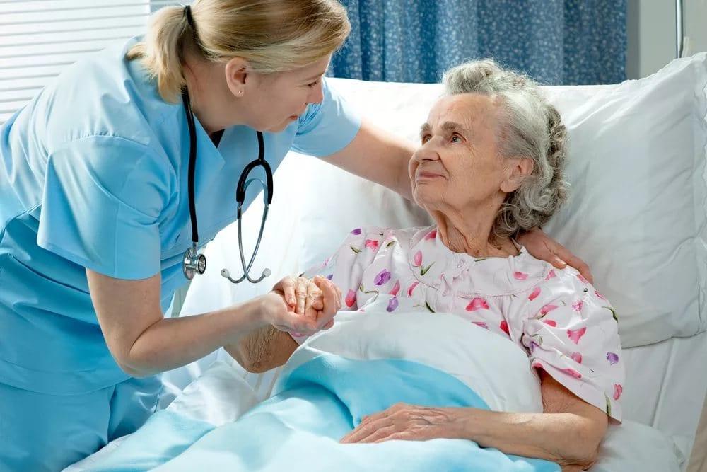 пожилой человек в больнице