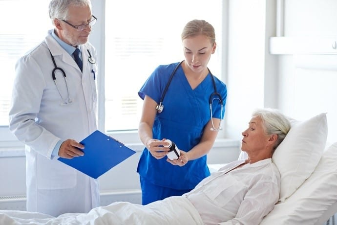 врач лечит пациента