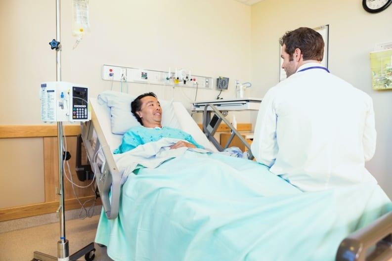 врач лечит больного